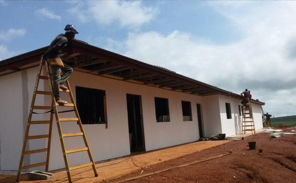 בית מכוסה ומוכן לטיח צבעוני