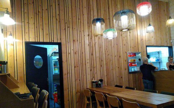 קיר לוחות עץ משיפוץ הסושייה בפתח תקווה